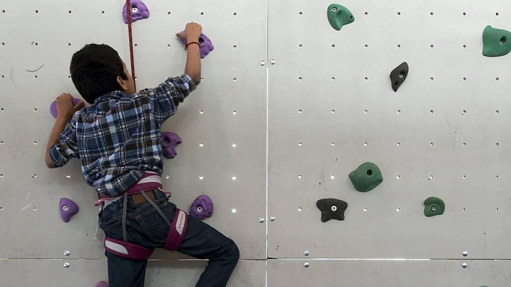 Kind stürzt von Sport-Kletterwand neun Meter in die Tiefe