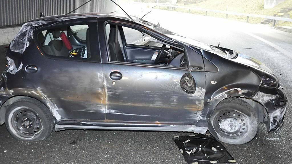 Das stark beschädigte Auto nach dem Überschlag im Spitalhoftunnel.