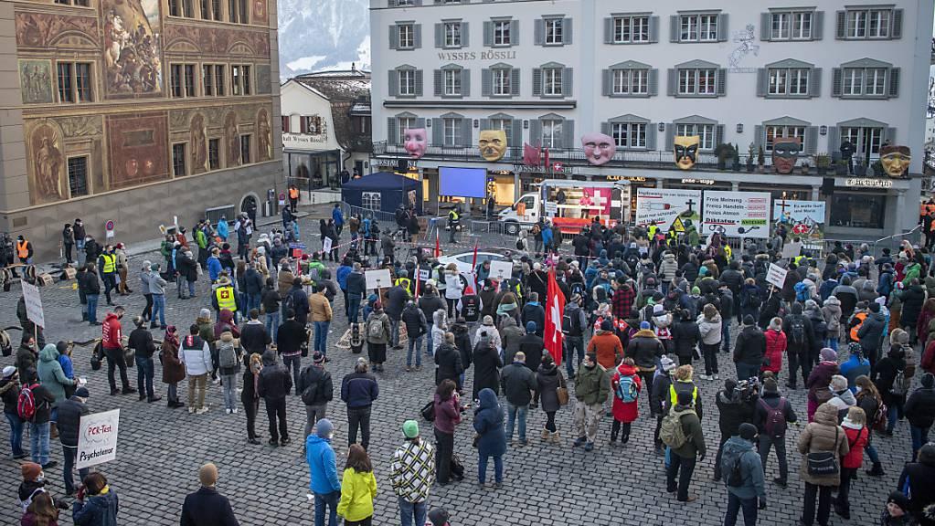 Auf dem Hauptplatz in Schwyz fand am Samstag eine Kundgebung gegen die Corona-Massnahmen statt.