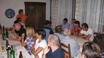 «Überrascht vom erfreulichen aufmarsch» Gemeindeammann Pia Schmid (stehend) an der gut besuchten Vorwahlveranstaltung im Wölflinswiler «Ochsen». chr