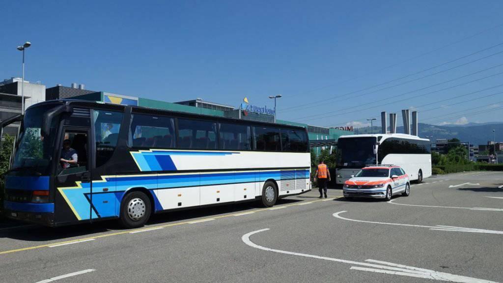 Waschmaschine und Möbel im Gepäck: Die Verkehrspolizei Zug hat am Freitag bei Kontrollen einen Chauffeur eines Cars aus Serbien verzeigt, der unerlaubtes Transportgut dabei hatte. Zudem wurden zwei weitere Carchauffeure verzeigt.