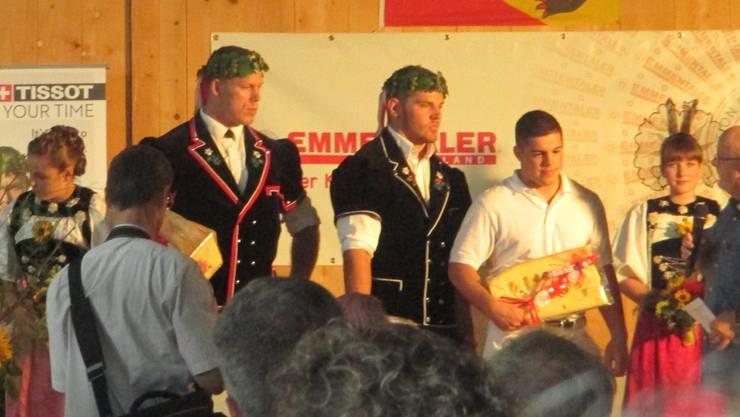 Remo Käser und Matthias Sempach werden vom Oberaargauischen Schwingerverband geehrt.