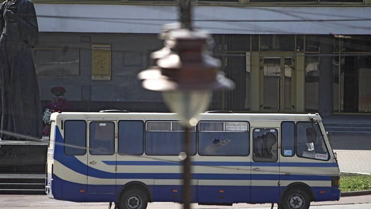 In der westukrainischen Großstadt Luzk hat ein schwer bewaffneter Mann mindestens zehn Menschen in einem Linienbus als Geiseln genommen. Foto: -/Ukrinform/dpa
