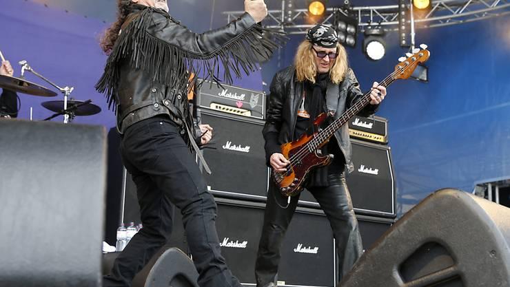 Rockbands wie Krokus sind vom Aussterben bedroht, meint Chris von Rohr (r). (Archivbild)