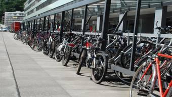 Überfüllter Veloständer beim Langhaus beim Bahnhof Baden