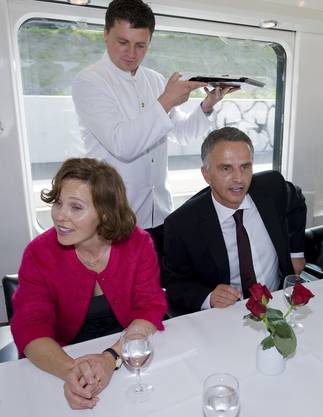 Bundesrat Didier Burkhalter und seine Frau Friedrun Sabine geniessen die Fahrt im Extrazug.