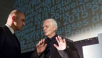 Adolf Muschg (rechts) im Bild mit Bundesrat Alain Berset.