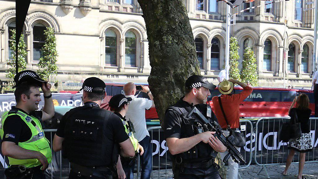 Weiterhin sind schwer bewaffnete Sicherheitskräfte im Zentrum Manchesters zu sehen, während im Hintergrund die «Great City Games» mit Stabhochsprung durchgeführt werden