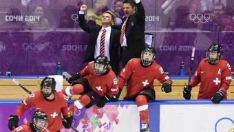 Coach René Kammerer (im Anzug links), jubelt nach dem Gewinn der Bronzemedaille.
