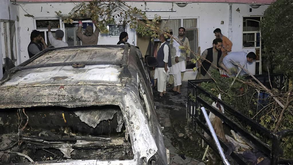 Das Archivbild vom Sonntag, 29. August 2021, zeigt ein beschädigtes Haus nach einem US-Drohnenangriff in Kabul. Der Tod von Zivilisten und Kindern bei dem US-Luftangriff Ende August hat trotz einer Entschuldigung des US-Militärs in Afghanistan Wut und Entschädigungsforderungen ausgelöst.