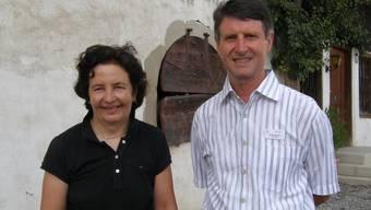 In Meienberg: Andrea Moll, Präsidentin der Stiftung Städtchen Meienberg, und der Volkshochschulpräsident Markus Küchler vor dem Amtshaus in Meienberg. (ba)