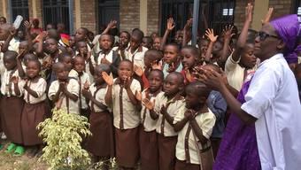 Tanzend und singend freuen sich die Kinder in Ruanda über das neue Schulhaus.