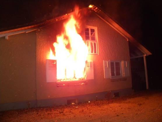 Beim Brand eines Einfamilienhauses in Neukirch-Egnach TG sind in der Nacht auf Sonntag drei Menschen leicht verletzt worden. Die Brandursache war zunächst unbekannt. Der Sachschaden beläuft sich auf mehrere hundertausend Franken.