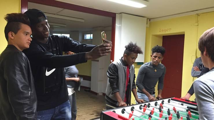 Am Montag besuchte der FCB-Stürmer die Jugendlichen aus dem Erstaufnahmezentrum in Arlesheim.