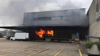 Ein Brand in einer Lagerhalle in Pratteln BL ist am Freitag verhältnismässig glimpflich ausgegangen. Es wurde niemand verletzt.