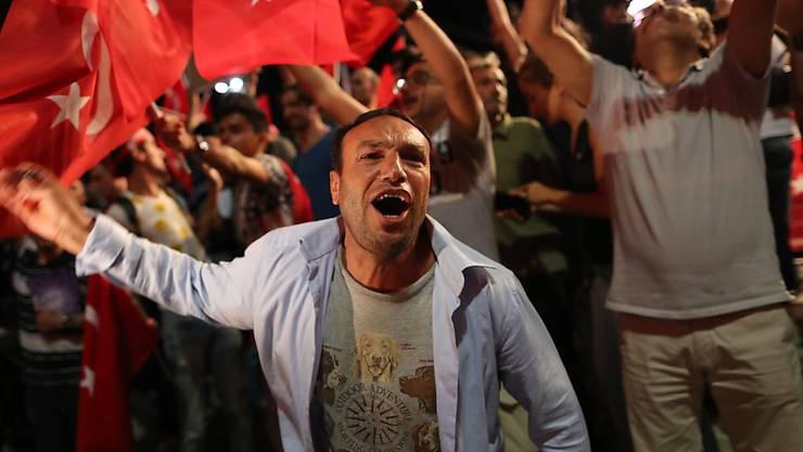 Erdogan-Anhänger demonstrieren auf dem Istanbuler Taksim-Platz.