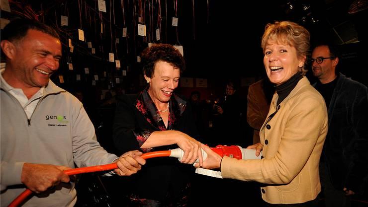 «Strom an!» Daniel Lehmann, Regierungsrätin Esther Gassler und Sonderschau-Präsidentin Brigit Wyss nehmen die zuletzt voll finanzierte Solaranlage auf dem Wallierhof-Dach in Betrieb.