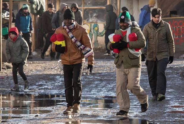 Flüchtlinge kommen mit warmen Decken zurück ins Lager