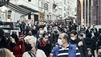Menschen mit Schutzmasken in der Freien Strasse in Basel.