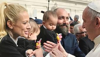 Christa Rigozzi mit ihrem Mann und den Zwillingen bei Papst Franziskus