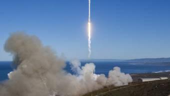 Die Trägerrakete hob von einem Weltraumbahnhof in Kalifornien ab und setzte zehn Satelliten auf ihrer Umlaufbahn in 620 Kilometern Höhe aus.