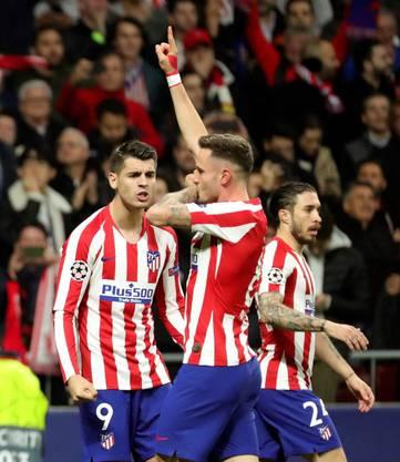 Atléticos Torschütze Saul Niguez (Mitte) lässt sich feiern.