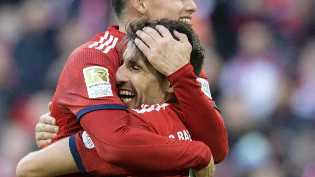 Javi Martinez (Nummer 8) und James Rodriguez bejubeln das Siegestor gegen Hertha Berlin