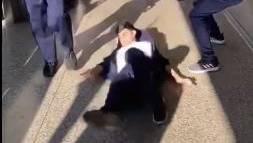 Auf Tiktok zeigen Jugendliche das gefährliche Spiel. Dem Jungen werden beim Hüpfen die Beine weggeschlagen, er fällt und schlägt mit dem Hinterkopf auf dem Boden auf.