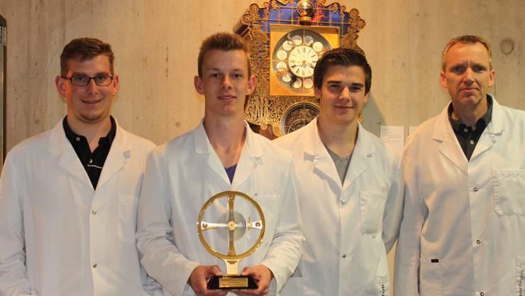 Wettbewerbsteilnehmer Raphael Pfund, Stefan Weyeneth und Jonas Guidon mit Berufsschullehrer Max Bossart (von links).