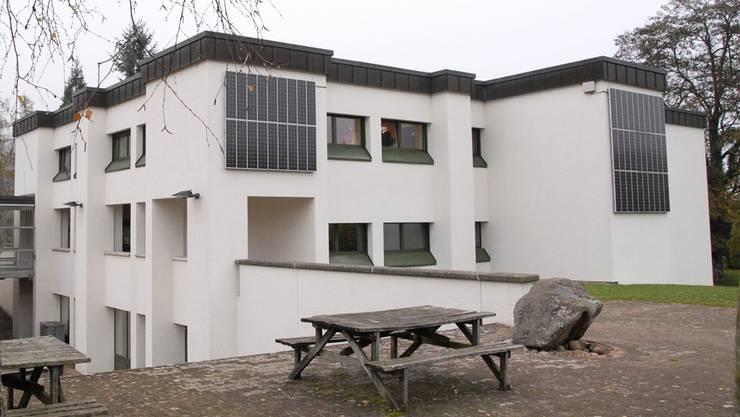 Der HEV Schweiz hat Angst vor Enteignungen. Im Bild: Wird aus dem Schulhaus Blöleboden in Kaiserstuhl bald eine kantonale Asylunterkunft? (Archiv)