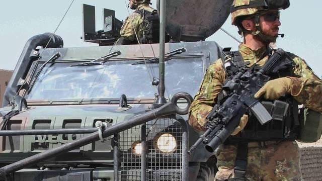 ISAF-Soldaten bewachen ihren Stützpunkt in Afghanistan (Archiv)