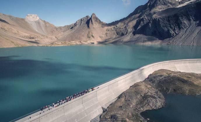 Die längste Staumauer der Schweiz und die höchste Europas auf 2500 Meter blieb unversehrt. Der Muttsee GL liegt nur wenige Kilometer weit weg vom Epizentrum des Erdbebens im Grenzgebiet der Kantone Uri, Schwyz, und Glarus.