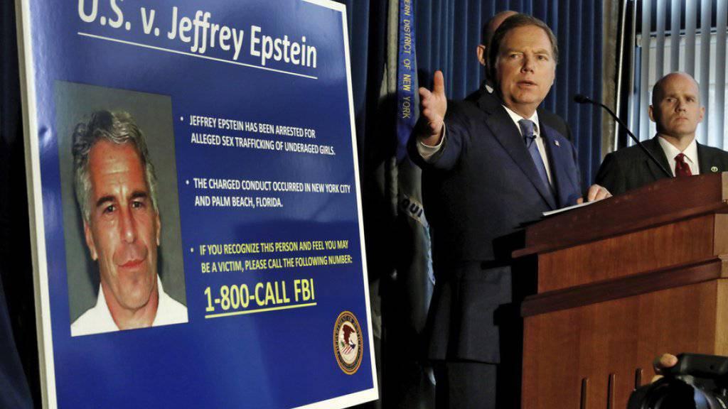 Der New Yorker Staatsanwalt Geoffrey Berman am Montag bei der Pressekonferenz zu Jeffrey Epstein.