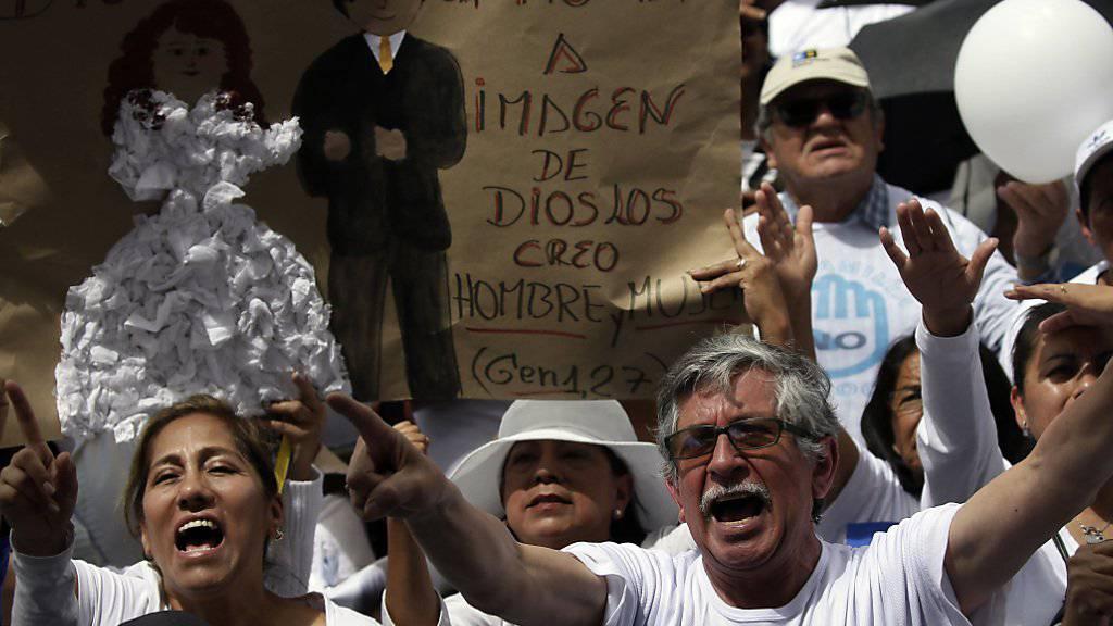 In Ecuador sind am Samstag zahlreiche Menschen auf die Strasse gegangen, um gegen gleichgeschlechtliche Ehen zu demonstrieren.
