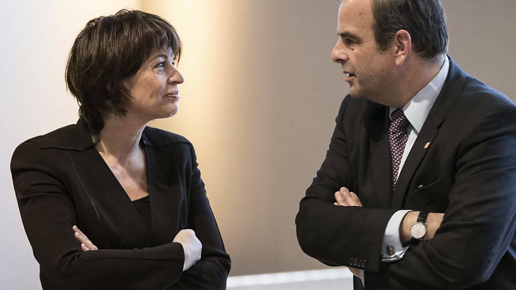 CVP-Parteipräsident Gerhard Pfister im Gespräch mit Parteikollegin und Bundesrätin Doris Leuthard. (Archivbild)