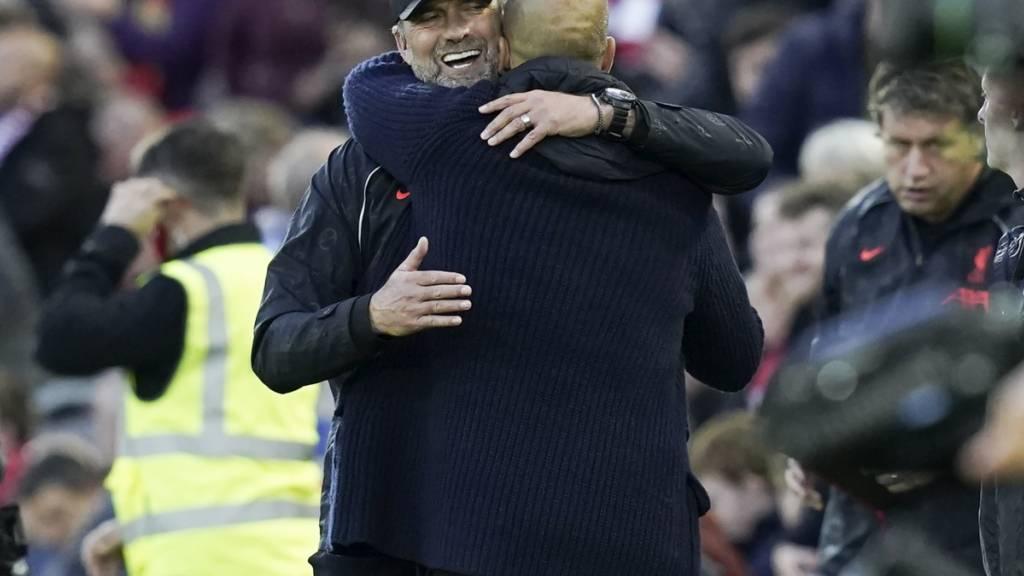 Jürgen Klopp herzt nach der spektakulären zweiten Halbzeit City-Trainer Pep Guardiola