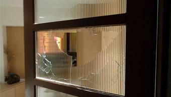 Angriff auf die Privatsphäre: Der Stein durchschlug die massive Türverglasung und flog bis ins hintere Wohnzimmer.