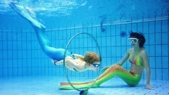 Keine Szene aus einem Film, sondern ein Trend, der auch im Fricktal im Kommen ist: Schwimmen im Meerjungfrauenkostüm.