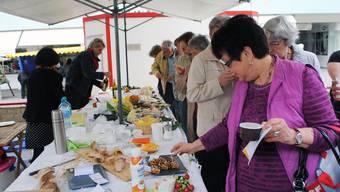 Der Degustations-Tisch am Frühlingsapéro auf dem Grenchner Markt fand regen Zuspruch
