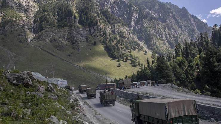 Ein Konvoi der indischen Armee fährt auf der Autobahn Srinagar-Ladakh im indisch kontrollierten Kaschmir. Foto: Dar Yasin/AP/dpa