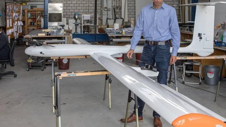 Rolf Luchsinger von der Empa neben dem neuesten Prototyp eines Energiedrachen, der erstmals Strom ins Netz einspeisen soll.