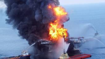 Löscharbeiten nach der Explosion der Ölplattform Deepwater Horizon im Golf von Mexiko (Archiv)