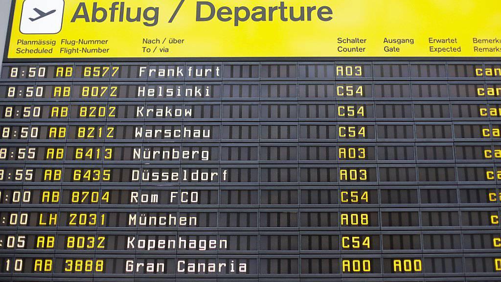 Mit dem Flugzeug kommt man am Freitag nicht nach Berlin: Fast alle Flüge zu den beiden Flughäfen sind am Freitag wegen eines Streiks storniert worden.