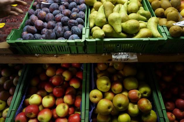 Herbst ist Erntezeit fuer Zwetschgen Apfel und Birnen - hier in einem Hof in Weiningen
