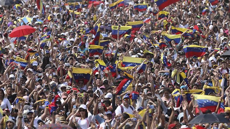 """Publikum mit venezolanischen Fahnen beim Benefizkonzert """"Venezuela Aid Live""""."""