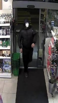 Der Täter betritt den Shop