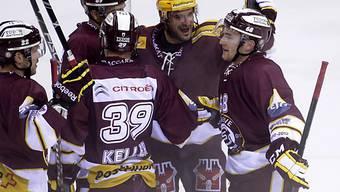 NHL-Spieler Yannick Weber (rechts) wird als Genfer Torschütze gefeiert