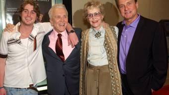 Diana Douglas, zweite von rechts, auf einer Aufnahme aus dem Jahr 2003 mit ihrem Ex-Mann Kirk Douglas und Sohn Michael (r) sowie dessen Sohn Cameron Douglas (l) (Archivbild). Diana Douglas starb am Samstag.