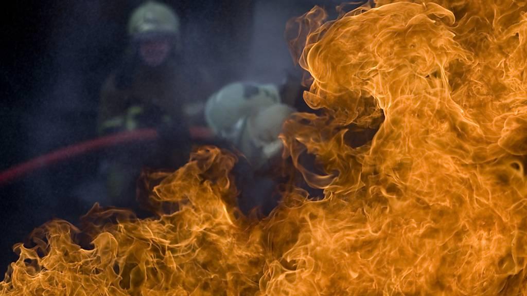 Feuerwehrleute sind auf feuerfeste Schutzkleidung angewiesen. Empa-Forscher entwickelten nun aus Baumwolle ein schwer entflammbares Gewebe, das ohne den krebserregenden Stoff Formaldehyd auskommt. (Themenbild)