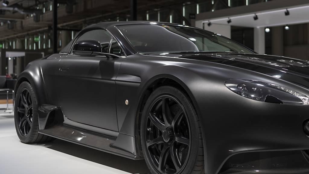 Mercedes-Benz steigt stärker beim kriselnden britischen Luxuswagenhersteller Aston Martin Lagonda ein. Mercedes will dem James-Bond-Auto-Produzenten Zugang zu neuen Technologien ermöglichen. (Archivbild)